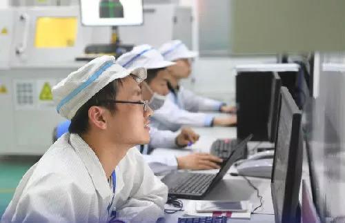 ▲资料图片:3月7日,福建宁德时代新能源科技股份有限公司研发中心内研发人员在分析数据。(新华社)