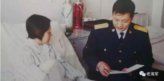 17年前,老海军(平叔)采访王伟爱妻阮国琴。