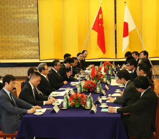 4月15日,国务委员兼外交部长王毅正式访问日本,同日本外相河野太郎举行会谈。新华社发(吕少威摄)