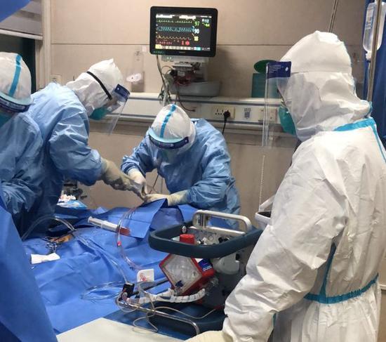 武汉大学中南医院用ECMO成功治愈新冠肺炎患者。(图片来源:澎湃新闻)