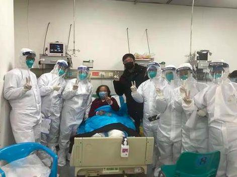 ▲病人及家属与医护人员合影
