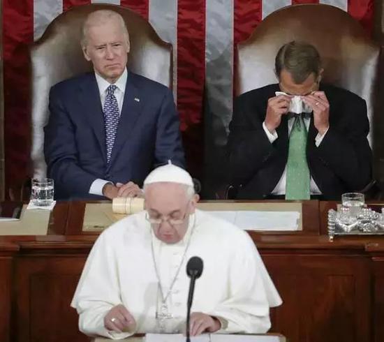 教皇在美国众议院演讲时,虔诚的天主教信徒议长博纳哭得梨花带雨