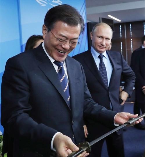 去年9月,普京向来访的文在寅赠送礼物