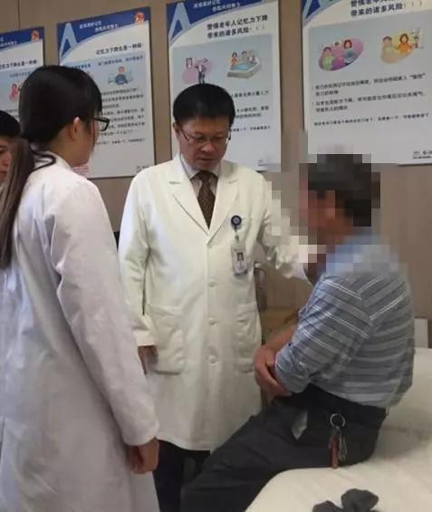 于恩彦教授(中间者)在心理疏导病人