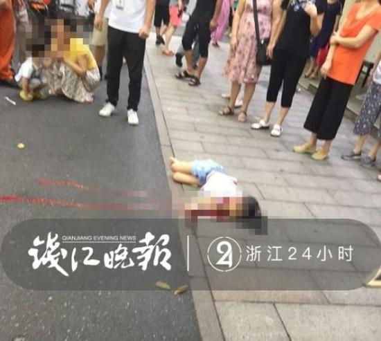 杭州一小女孩从4楼坠下 妈妈抱着弟弟冲下来(图)