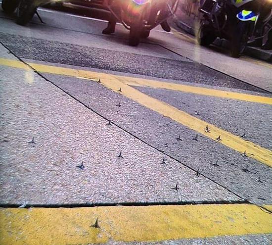 警方于红磡芜湖街四周路面上发明铁钉