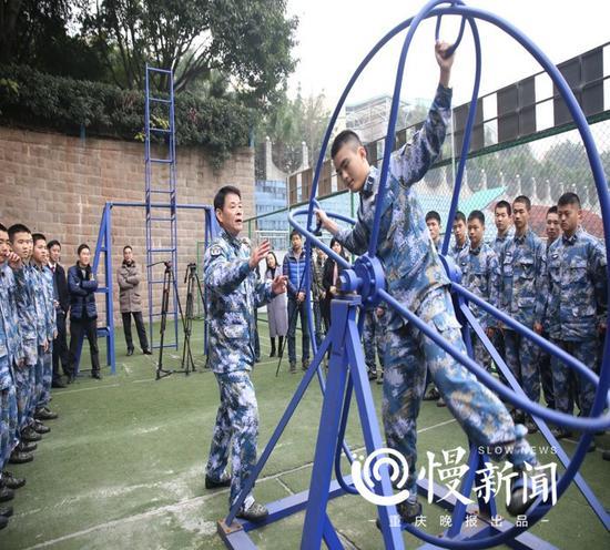 在海军教官的指导下进行飞行员基础运动训练