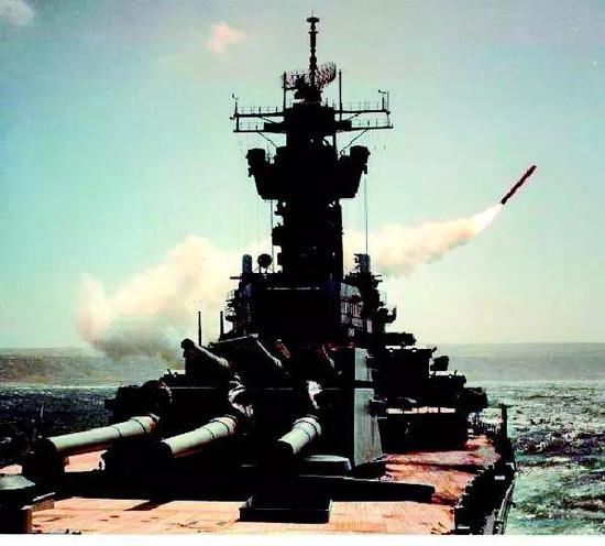 """美海军""""威斯康星""""号战列舰发射的战斧导弹打响海湾战争第一枪"""