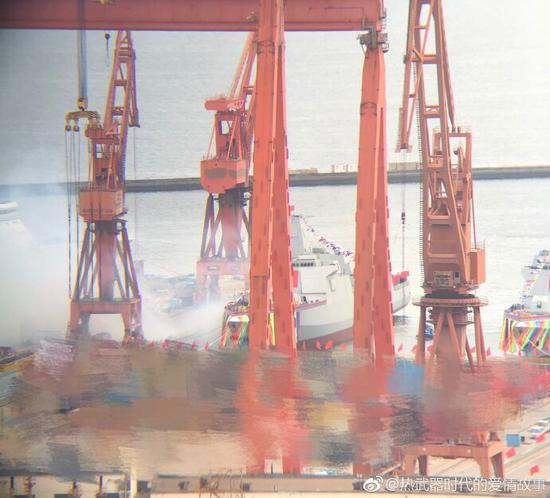 下水中的055型导弹驱逐舰,照片左侧的烟雾是船厂庆祝的鞭炮 来源:@热武器时代的爱情故事