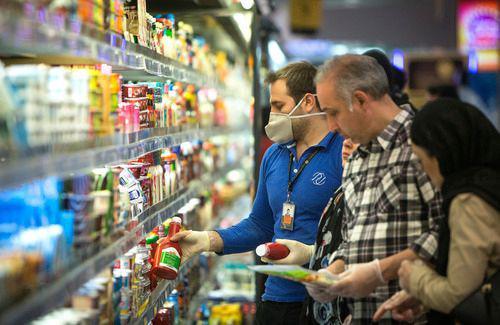 3月5日,在伊朗德黑兰,一名商场员工戴着口罩工作。新华社发(艾哈迈德·哈拉比萨斯摄)