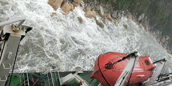 载73人工程船因台风影响走锚 目前该船稳定安全