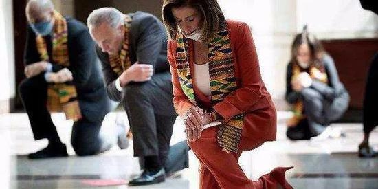 佩洛西带领20多个民主党议员到国会游客中心下跪