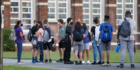 佛州学生入校前排队等待体温检测。(图源:Getty Images)