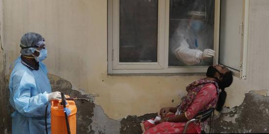 印媒:印度疫情已达高峰 到明年2月将有1060万人确诊