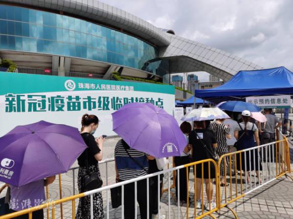 5月30日,浩繁市民在珠海市体育中央列队接种新冠疫苗 图源:汹涌影像