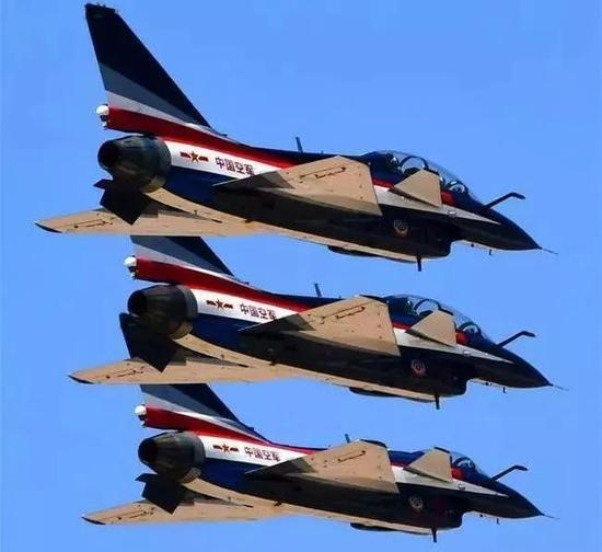 ▲4月15日,空军八一飞行表演队在全民国家安全教育日开放训练中进行歼灭10编队飞行。 图/新华社