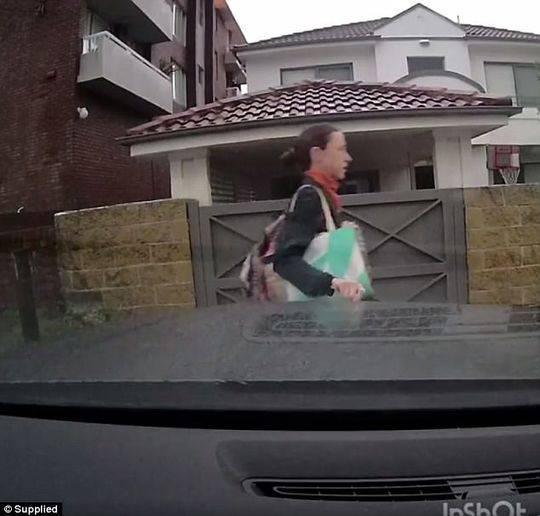 澳男子豪车被刮划 曾因停车问题被邻居持斧找上