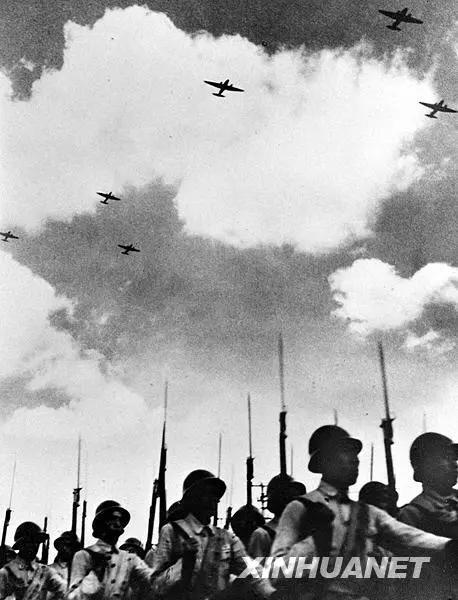 图为1949年10月1日,新成立的中国人民解放军空军编队飞过天安门广场上空。新华社记者 石少华 摄