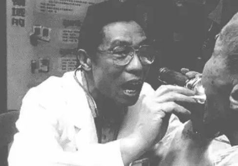 ·非典初期,在还未意识到传染性时,钟南山观察病人口腔,没有任何防护措施。