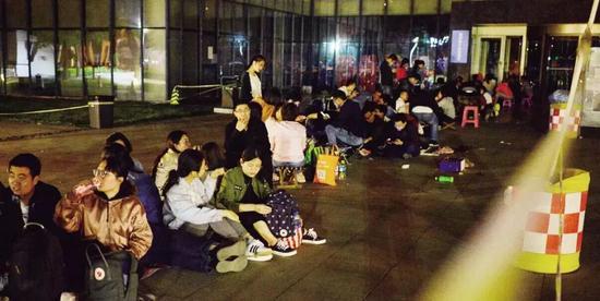 5月23日,天津市河西区行政许可服务中心,人们自发集中在门外排队等待落户