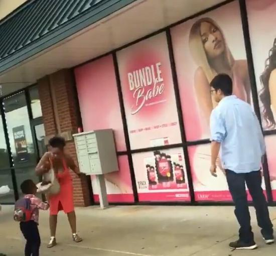 美亚裔男老板拳殴黑人妇女 警方:女子孩子偷东西