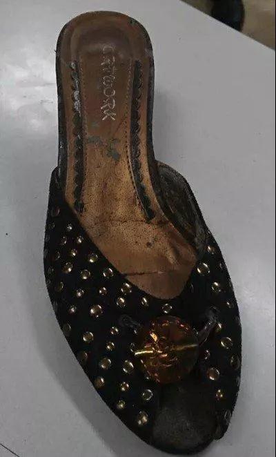 台北市长柯文哲在台北市政府外遭丢鞋,警方带回丢鞋的郭姓男子调查,将鞋子拍照存证。(台湾《联合报》)