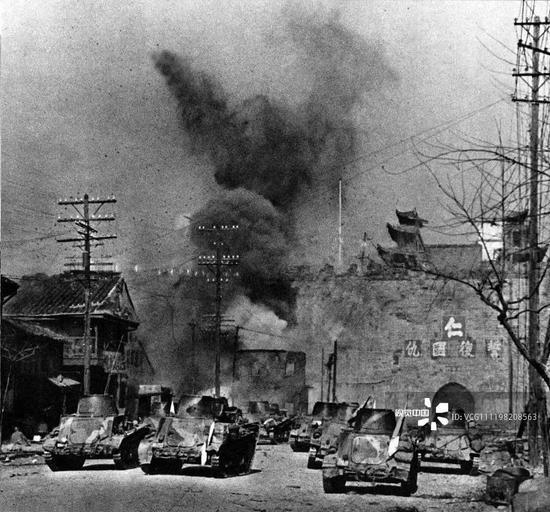 1937年12月13日,攻下中华门的日军谷寿妇队伍(图/视觉中国)