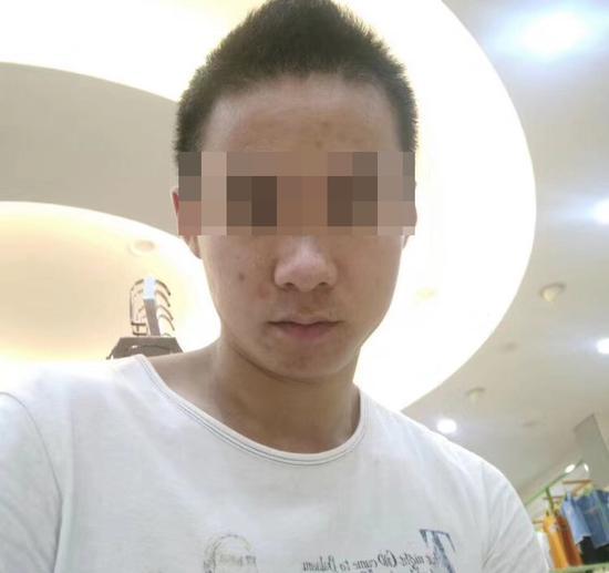 网传嫌犯照片,经参与现场搜寻人员确认,跟警方带至现场指认者为同一人