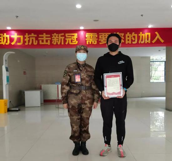 038号自愿者任超竣事14天的医学视察断绝,与偶像陈薇院士拍下合影。