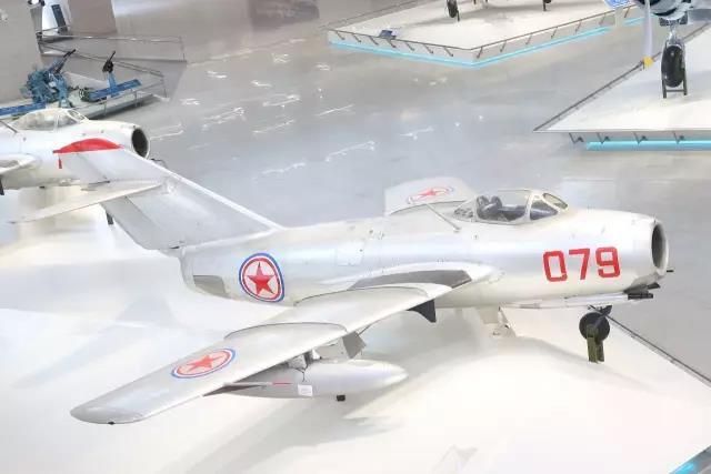 这架苏联造米格-15歼击机是昔时中国人民自愿军特等元勋、一级战斗好汉、后任空军司令员的王海驾驶过的,机身上的9颗红星纪录着王海的战绩,也铭记着中国年青空军的自满与荣光。 中国人民革命军事博物馆 图