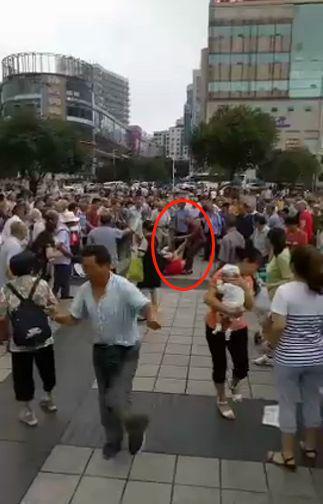 <b>重庆一女子当街被前夫捅死 警方:嫌犯正在抓捕|嫌犯</b>