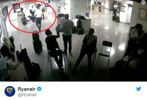 航空公司上传监控录像,称照片系摆拍。(推特)