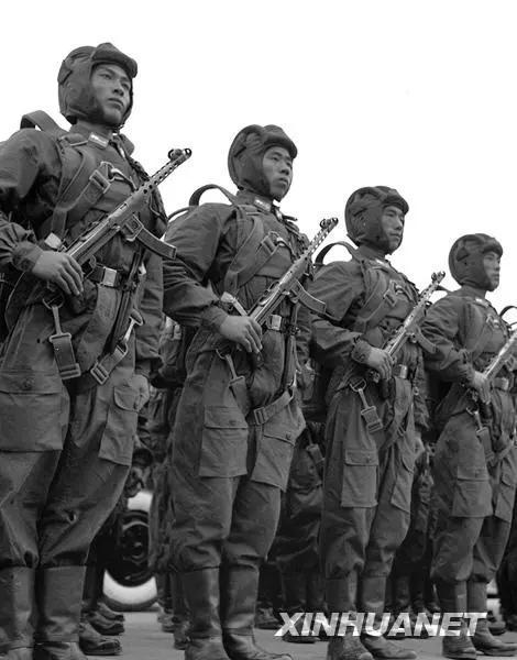 图为身着新式军装接受检阅的中国人民解放军伞兵部队。新华社记者 章梅 摄