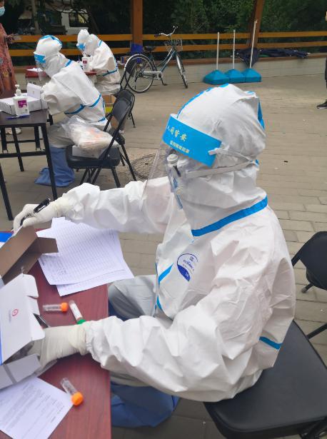 北京海淀玉泉东市场周边居民进行核酸检测,取样只需半分钟图片