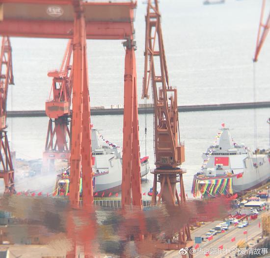 055型导弹驱逐舰三号舰和四号舰同时下水,可见舰艏张开的彩带 来源:@热武器时代的爱情故