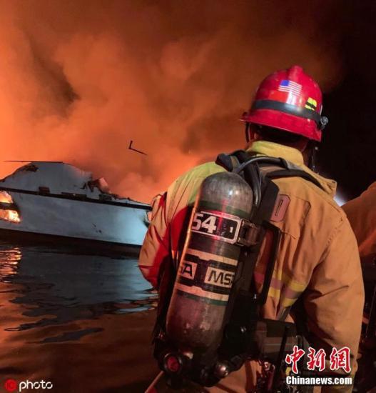 当地时间2019年9月2日,美国加州圣克鲁斯岛北部海域一艘潜水支援船当地时间2日凌晨起火,船身很快被大火吞噬,沉入水中。 图片来源:ICphoto