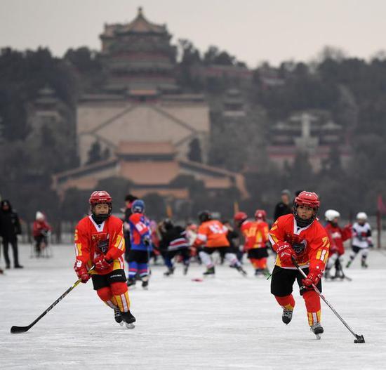 2018年1月21日,几名少年冰球队员在北京颐和园昆明湖冰面上练习冰球。新华社记者李俊东摄
