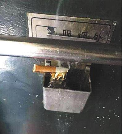 车厢连接处设有烟灰缸。原告供图