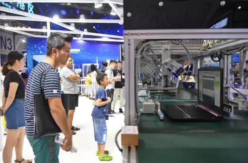 ▲8月23日,观众在首届中国国际智能产业博览会上参观笔记本电脑智能测试线。