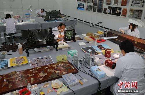 故宫文物医院内工作人员悉心工作。中新社记者 杨可佳 摄