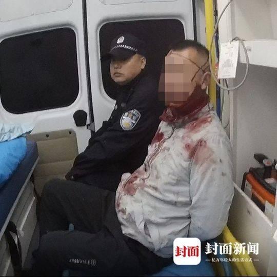 25日凌晨,在救护车上,男子情绪不稳,说话不着边际。