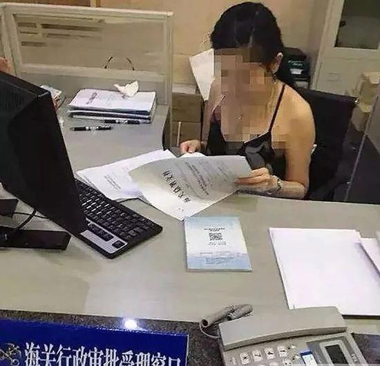▲网传一名女性工作人员穿着吊带装办理业务的照片