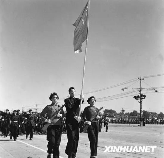 图为首都民兵通过天安门广场。新华社记者 邹健东 摄