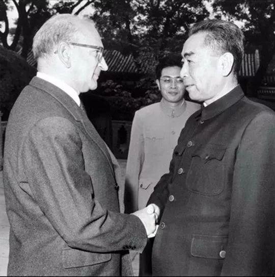 1963年10月,周恩来总理会见来访的法国总统特使、前总理富尔一行,商讨两国建交问题