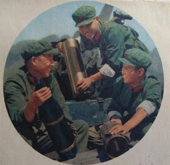 何雷(右一)在英雄部隊任連長時的照片