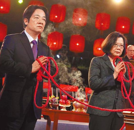 """民进党党内初选结果揭晓,蔡英文胜出,接下来绿营面临的便是能否""""蔡赖会""""、""""蔡赖配"""",这将是考验民进党团结的下一步。图为去年除夕蔡赖共同赴法鼓山撞钟。(蔡英文办公室提供)图片来源:台湾《中时电子报》"""