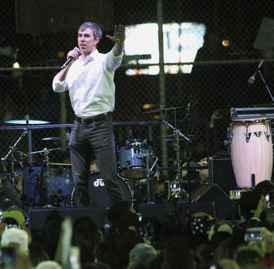当地时间2月11日晚,前民主党议员欧洛克在埃尔帕索举行集会,指责川普。图片来源:美联社