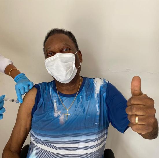 球王贝利接种中国新冠疫苗 现场竖起大拇指