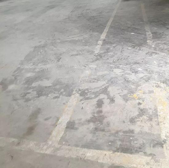 一处室内试验场的地面居然画有一个羽毛球场,痕迹已经斑驳。