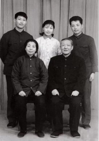 ▲1975年,习仲勋和同心与后代在洛阳红旗拍照馆合影。后排左起:儿子习近平、女儿习安安、半子吴龙。泉源:《习仲勋画传》